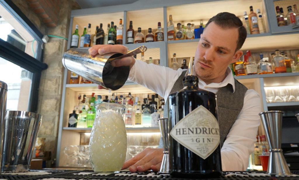 Alejo Saade preparando uno de los cócteles recomendados por Hendrick's