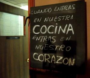 Cartel de entrada a la cocina del Bar Camacho
