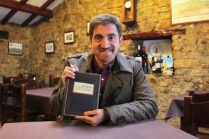 Christian González con un ejemplar del libro