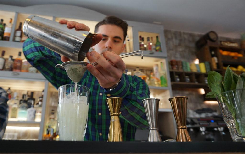 La coctelería Mala Saña en plena elaboración