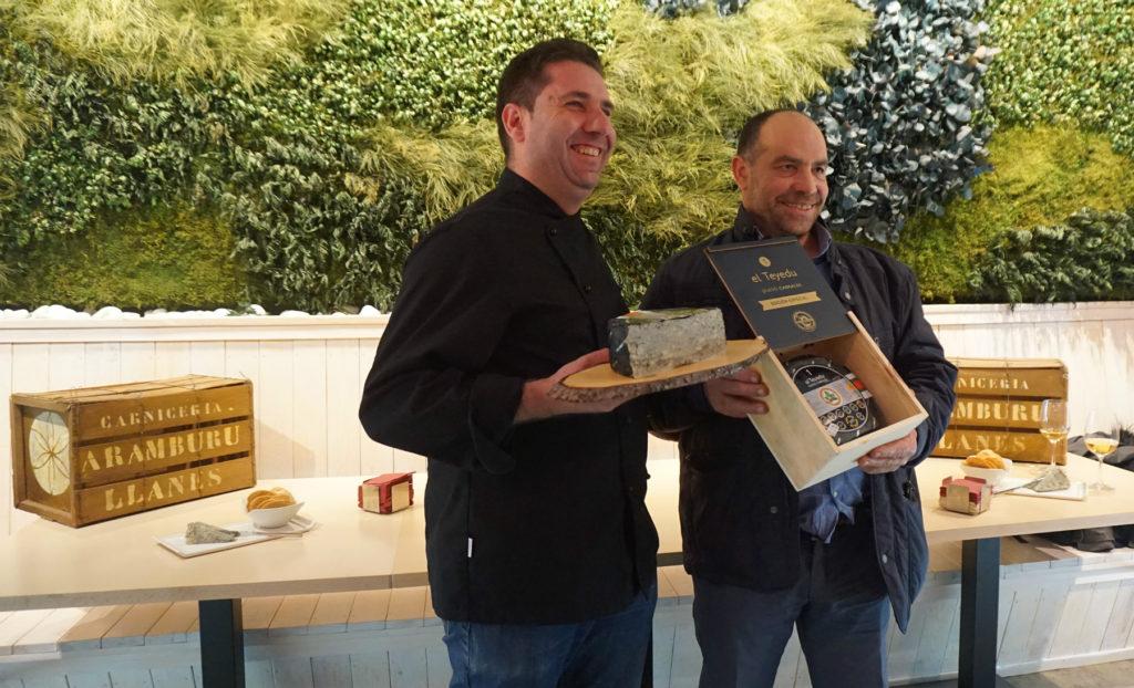Pepe Bada y Roberto Aramburu en la presentación del queso cabrales El Teyedu